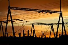 Stromleitungen bei Sonnenuntergang stockbilder