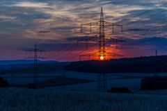 Stromleitungen bei Sonnenuntergang lizenzfreie stockbilder