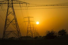 Stromleitungen bei Sonnenuntergang stockfotografie