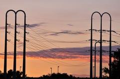 Stromleitungen an der Dämmerung Stockfotos