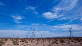 Stromleitungen in der Wüste Stockbild
