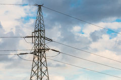 Stromleitungen gegen bewölkten Himmel lizenzfreie stockfotos