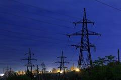 Stromleitungen gegen den nächtlichen Himmel lizenzfreie stockfotos