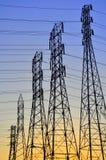 Stromleitungen gegen Einstellungssonne Lizenzfreie Stockbilder