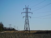 Stromleitungen im ländlichen Gebiet Lizenzfreie Stockfotografie