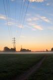 Stromleitungen im Morgensonnenaufgang Stockfotografie