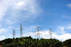 Stromleitungen und elektrische Gondelstiele stock abbildung