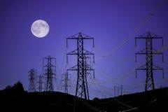 Stromleitungen und Mond Stockfoto