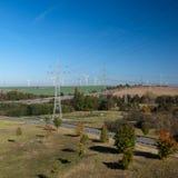 Stromleitungen Windturbinen Stockbild