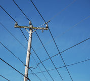 Strommast, Linien und Himmel Stockbild