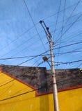 Strommast mit gedrängtem Draht Stockfoto