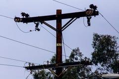 Strommast mit Stromleitungen Stockbild