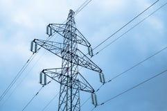 Strommast mit Stromleitungen gegen blauen Himmel stockbilder