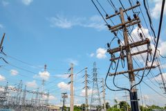 Strommast, Stromturmstation mit bewölktem und Sonne über blauem Himmel Lizenzfreies Stockbild