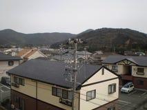 Strommast und Häuser (Japan) Stockfoto