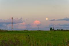 Strommaste auf dem Horizont am Abend Stockfotografie