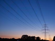 Strommaste an der Dämmerung Lizenzfreies Stockbild
