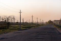 Strommaste nahe bei Straße Kaukasus Georgia lizenzfreie stockfotografie