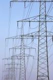 Strommasten in Folge Stockfotos