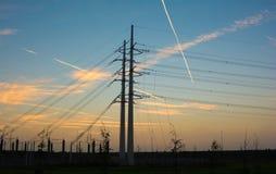 Strommasten während des Sonnenuntergangs lizenzfreie stockfotografie