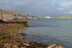 Stromness, de second-most dichtbevolkte stad in Vasteland Orkney, Schotland stock afbeeldingen