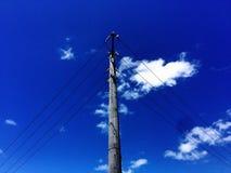 Strompfosten und -wolken Stockbilder