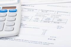 Stromrechnung und Taschenrechner Stockfotos