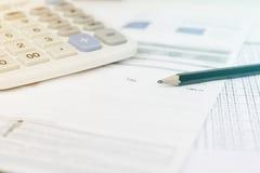 Stromrechnung und Taschenrechner mit Bleistift Stockbild