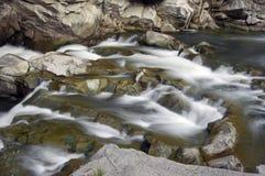 Stromschnellen auf Gebirgsfluss Stockfotos