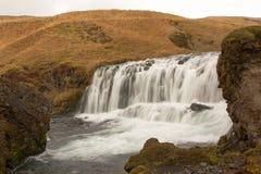 Stromschnellen, die in eine Schlucht in Island fließen Lizenzfreies Stockbild