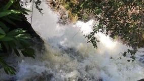 Stromschnellen Ton und Regenbogen an Iguazu-Wasserfällen stock footage