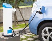 Stromversorgung für die Aufladung eines Elektroautos stockbild