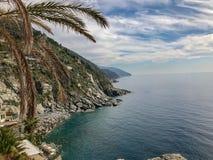 Stromy, skalisty wybrzeże Zachodni Włochy blisko Cinque Terrre, obrazy stock