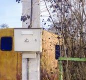Stromzählerkasten auf dem Pfosten Stockfotos