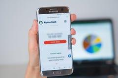 Strona internetowa Alpejska bank firma na telefonu ekranie obraz royalty free