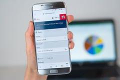 Strona internetowa Norweska linii lotniczej firma na telefonu ekranie obrazy stock
