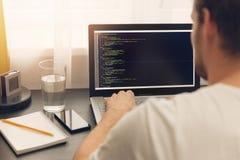 Strona internetowa programista pracuje na laptopie przy biurem obraz royalty free