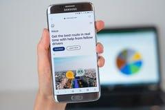 Strona internetowa Waze nawigator na telefonu ekranie obraz stock