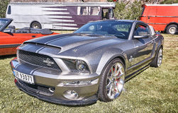 Strona klasyczny samochód w srebrze i szarość fotografia royalty free