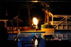 Strona Turcja, Kwiecień, - 10, 2014: Pożarniczy przedstawienie artysta oddycha ogienia w zmroku w luksusowego hotelu Krystaliczny Zdjęcie Royalty Free