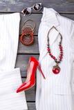 Stronchi l'indumento femminile e gli accessori di affari costosi di modo di disposizione fotografie stock