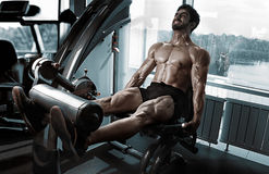 Strong Bodybuilder Training Quads Royalty Free Stock Photos