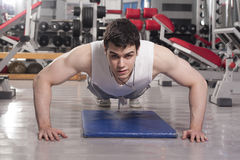 Strong handsome man exercising at the gym Stock Photography