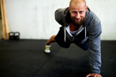 Strong man doing one arm pushup Royalty Free Stock Photography