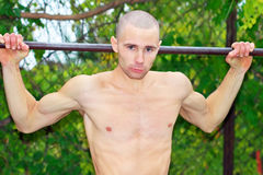 Strong man doing pull-ups Royalty Free Stock Photos