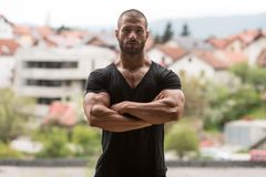 Free Strong Man Posing Outdoors Royalty Free Stock Photography - 163141897