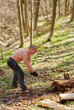 Strong man splitting logs Royalty Free Stock Photos