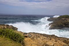 Strong sea surf, bay Devil�s Teor, Lembongan, Indonesia Stock Photography