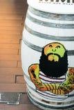 Strongman met tatoegeringen op een wit vat in Madrid, SP worden geschilderd dat royalty-vrije stock afbeeldingen