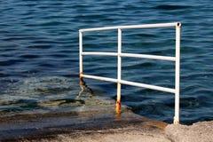 Stronniczo rdzewiejący zanurzający białego metalu zbawczy ogrodzenie używać jako poparcie przy miejscowego betonu molem używać dl zdjęcia royalty free